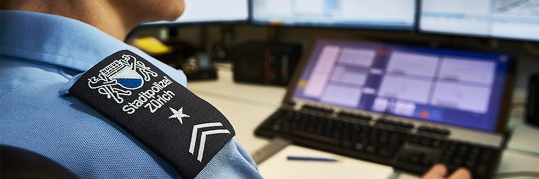 Die Stadtpolizei Zürich ist mit rund 2100 Mitarbeitern nach der Kantonspolizei Zürich und der Kantonspolizei Bern das drittgrösste Polizeikorps der Schweiz.